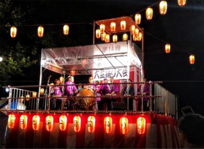 写真:日比谷公園の夏祭りで踊る人々
