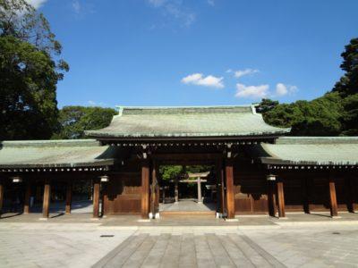 約100年前に明治天皇を祀るために建設された「明治神宮」が併設されている。